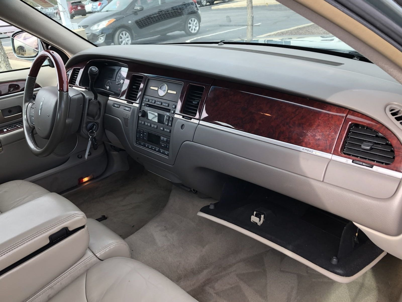 Pre-Owned 2005 Lincoln Town Car Signature Limited